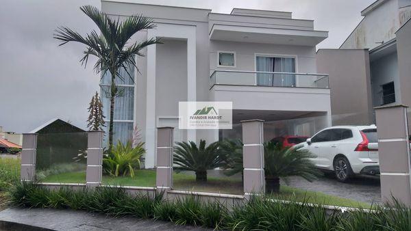 Sobrado alto padrão a venda em Pirabeiraba, Joinville, possui suíte com closet + 2 quartos