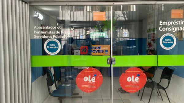 Loja transversal entre a Avenida sete e Carlos Gomes, em frente ao Santander das Mercês.